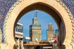 Minaret av Fes sedd throuth Bab Bou Jeloud Gate morocco Royaltyfri Bild