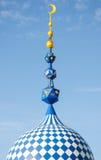 Minaret av moskén mot den blåa himlen Royaltyfria Foton