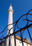 Minaret av muslimska moskéer och ett fragment av det bearbetade staketet för metall royaltyfri fotografi