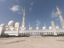 Minaret av Sheikh Zayed Grand Mosque på morgonen i Abu Dhabi royaltyfria foton