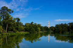 Minaret avec la réflexion dans Lednice image stock