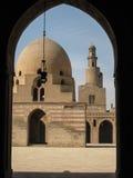 Minaret en centrale werf. De moskee van Tulun van Ibn. Kaïro. stock foto's