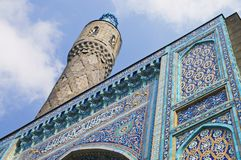 Minaret et la paroi frontale avec les mosaïques arabes Images libres de droits