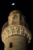 Minaret et lune à Bakou, capitale de l'Azerbaïdjan Images stock