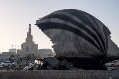 Minaret Katarski Islamski Centre w centre Doha, widzieć Ostrygowa fontanny cecha na Corniche fotografia royalty free