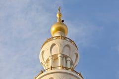 Minaret meczet przeciw niebieskim niebom Fotografia Royalty Free