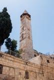 Minaret Meczetowy Omar obok podwórza kościół Święty Sepulchre w starym mieście Jerozolima, Izrael fotografia stock