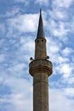 Minaret med den blåa skyen Arkivfoto