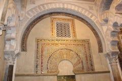 Minaret Mihrab Den stora berömda inre för moské eller Mezquita i Cordoba, Spanien royaltyfria foton
