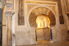 minaret Mihrab El gran interior famoso de la mezquita o de Mezquita en Córdoba, España foto de archivo