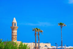 Minaret, muren en palm Caesarea Stock Afbeeldingen