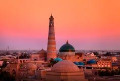 Minaret och madrasah av islam-Khoja i den gamla Khivaen fotografering för bildbyråer