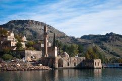 Minaret van de moskee in het water in dorp dichtbij Halfeti Stock Afbeeldingen
