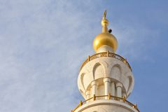 Minaret van de moskee tegen blauwe hemel Stock Afbeelding