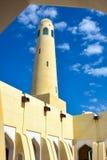 Minaret van moskee met witte wolken en blauwe hemel royalty-vrije stock afbeeldingen