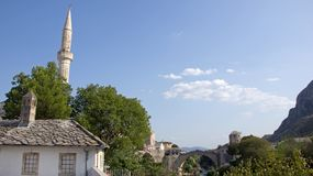 Minaret van Moskee van Mostarand-brug in Bosnië-Herzegovina Royalty-vrije Stock Foto's
