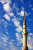 Minarete da mesquita no vertical do cloudscape Fotografia de Stock
