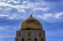 Minarete muçulmano com um crescente da opinião de cor dourada o céu e as nuvens Foto de Stock Royalty Free