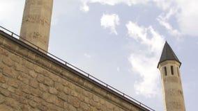 Minareti del complesso della moschea di Gazi Husrev a Sarajevo stock footage