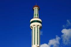 Minareto della moschea con cielo blu e le nuvole Immagini Stock Libere da Diritti
