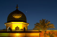 Minareto di notte sotto la luna Immagini Stock Libere da Diritti