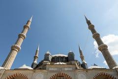 Minarets montants dans un ciel bleu photo stock