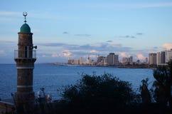 Minarett auf dem Hintergrund von Tel Aviv Lizenzfreie Stockfotografie