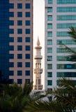 Minarett, das zwischen Bürohaus lugt Stockbilder