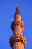 Minarett der blauen Moschee mit dem Mond, Istanbul Lizenzfreie Stockfotos
