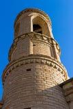 Minarett der Moschee im Hintergrund des blauen Himmels stockbilder