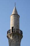Minarett großartiger Moschee Larnakas mit Halbmond auf seine Oberseite, Zypern Lizenzfreie Stockbilder