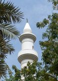 Minarett in im Stadtzentrum gelegenem Abu Dhabi Stockbilder