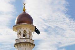 Minarett-Moschee und islamische Flagge von Masjid Kapitan Keling Lizenzfreies Stockbild