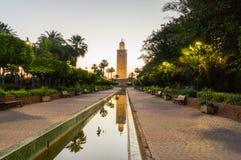 Minarett von Koutoubia-Moschee bei Sonnenaufgang in Marrakesch lizenzfreie stockfotos