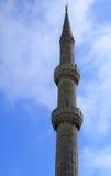 Minaretts auf Hintergrund von grünen Bäumen Stockfotografie