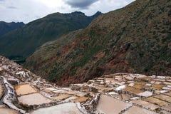 Minas de sal de Maras, milhares de associações individuais de sal em um montanhês, datando das épocas Incan fotografia de stock royalty free