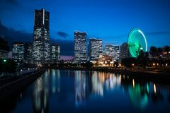 Minato Mirai nightview met verlichting en bezinning De richtlijn van het landschap stock foto's