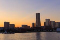Minatomirai 21 áreas no crepúsculo em Yokohama, Japão Imagem de Stock