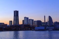 Minatomirai 21 gebied bij schemer in Yokohama, Japan Stock Foto