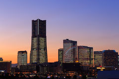 Minatomirai 21 secteurs au crépuscule à Yokohama, Japon photographie stock libre de droits