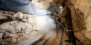 Minatore dentro una miniera d'oro Fotografia Stock Libera da Diritti