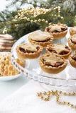 Mince pie casalinghi tradizionali della frutta nella decorazione di Natale fotografia stock libera da diritti