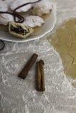 Mince pie di Natale con i bastoni di cannella Fotografia Stock Libera da Diritti