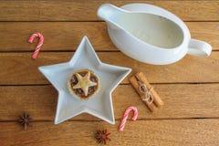 Mince pie e crema casalinghi tradizionali Immagini Stock
