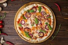 Minced mięsna pomidorowa czerwonej cebuli pizza na drewnianym tle obraz royalty free