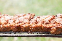 Minced mięsne rolki na grilla †'mititei, mici (tradycyjny Rumuński jedzenie) Zdjęcie Royalty Free