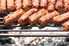 Minced mięsne rolki na grilla †'mititei, mici (tradycyjny Rumuński jedzenie) Obrazy Royalty Free