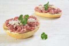 Minced wieprzowiny kiełbasa w Germany, dzwonił zwiebelmettwurst z oni Zdjęcia Stock