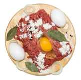 Mincemeat με τα αυγά σε έναν τέμνοντα πίνακα Στοκ φωτογραφία με δικαίωμα ελεύθερης χρήσης