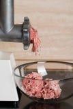 Mincer z świeżym siekającym mięsem fotografia stock